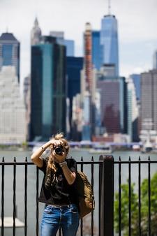 Giovane donna con sfondo sfocato città