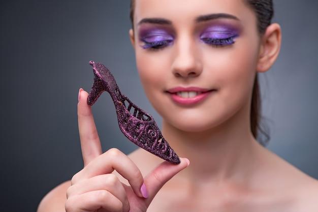 Giovane donna con spettacolo viola nel concetto di moda