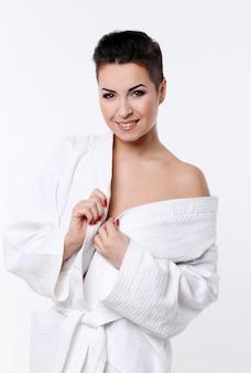 Giovane donna con taglio di capelli corto in accappatoio