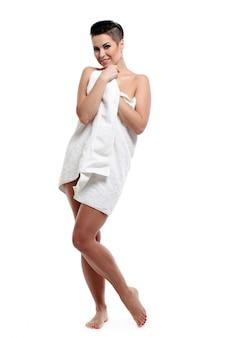 Giovane donna con taglio di capelli corto spugna