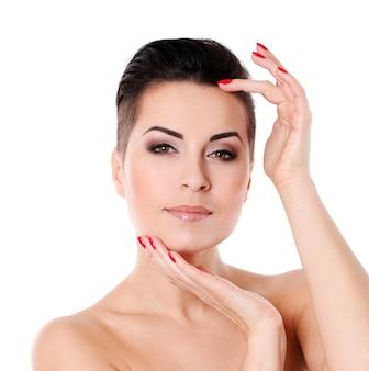 Giovane donna con taglio di capelli e trucco sera