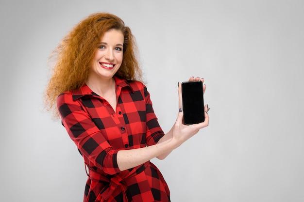 Giovane donna con telefono