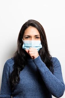 Giovane donna con tosse maschera