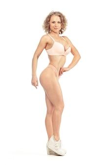 Giovane donna con un bel corpo perfetto slim in bikini
