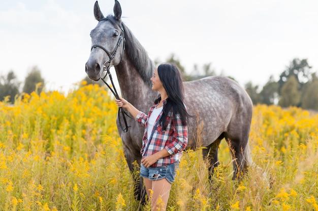 Giovane donna con un cavallo