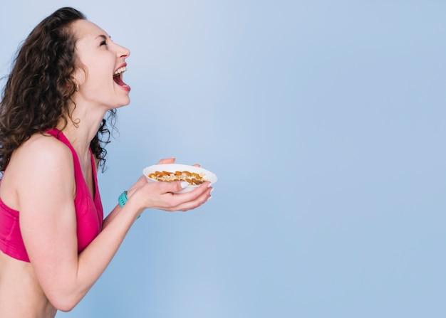 Giovane donna con un pasto sano