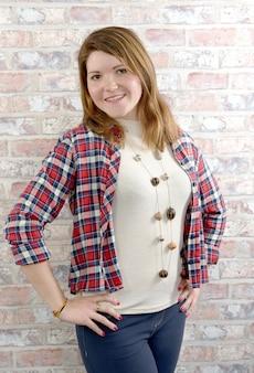 Giovane donna con una camicia a quadri