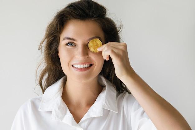 Giovane donna con una criptovaluta bitcoin