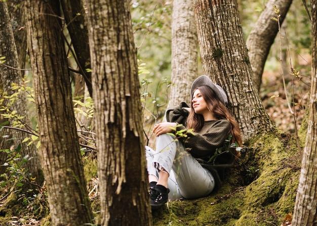 Giovane donna con una macchina fotografica in natura