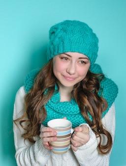 Giovane donna con una tazza di caffè in mano