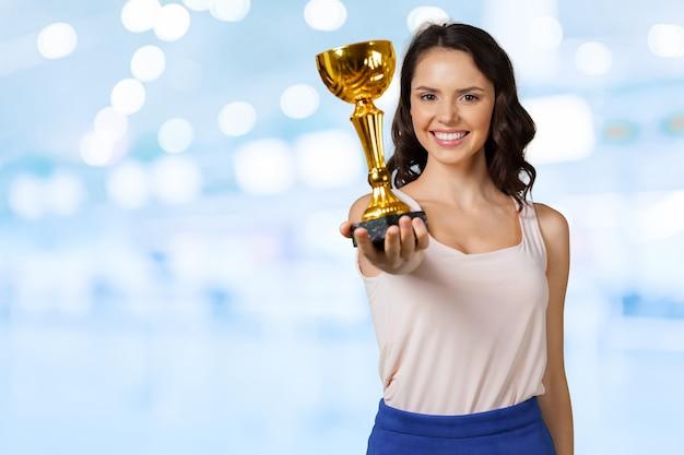 Giovane donna con una tazza di sport