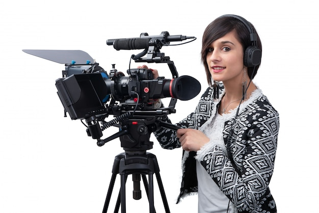 Giovane donna con videocamera professionale, dslr, su bianco