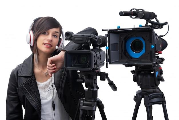 Giovane donna con videocamera professionale