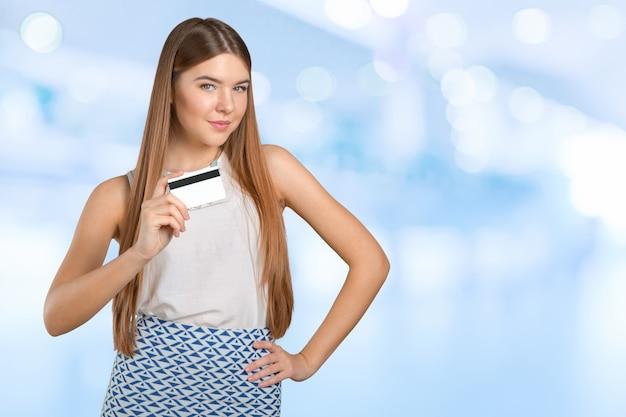 Giovane donna cool con carta di credito