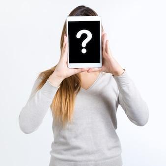 Giovane donna copre il suo volto con compressa digitale. isolato su sfondo bianco
