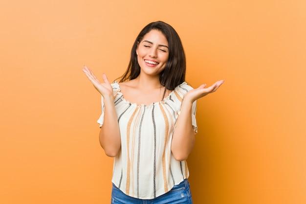 Giovane donna curvy allegra che ride molto. concetto di felicità.