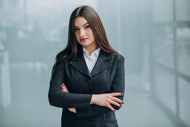 Giovane donna d'affari all'interno dell'ufficio