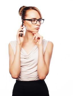 Giovane donna d'affari chiamando telefonicamente