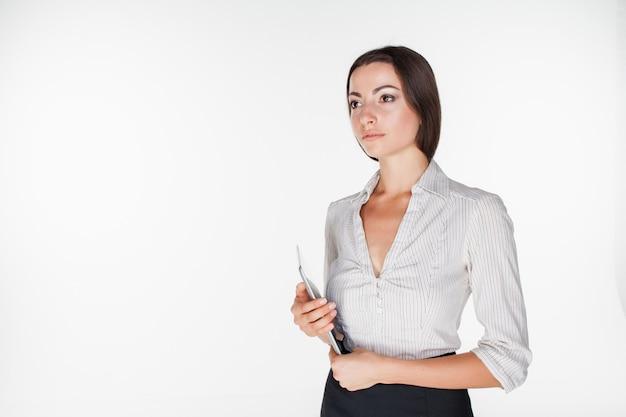 Giovane donna d'affari con il portatile