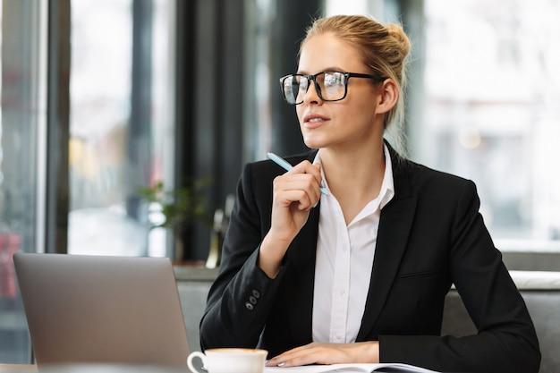 Giovane donna d'affari concentrata