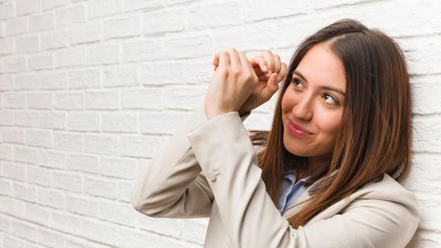 Giovane donna d'affari, facendo il gesto di un cannocchiale