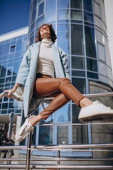 Giovane donna d'affari in abito casual dal centro business