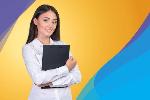 Giovane donna d'affari in piedi con i suoi appunti
