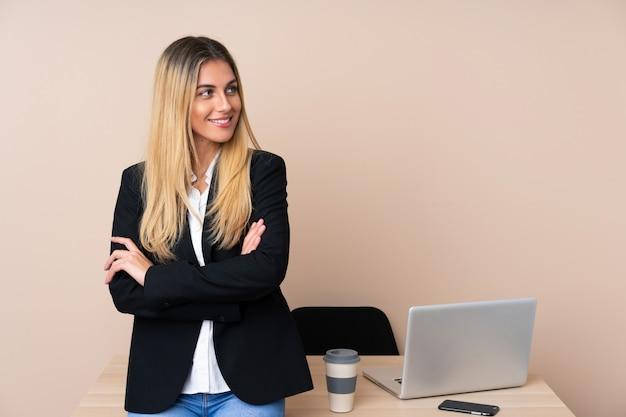 Giovane donna d'affari in un ufficio guardando al lato
