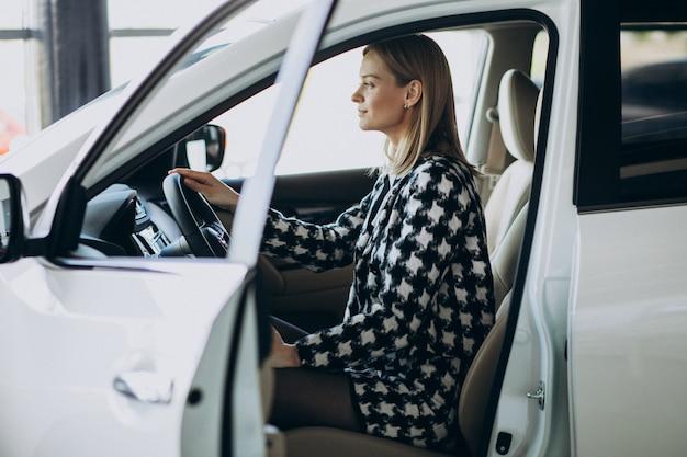 Giovane donna d'affari, scegliendo un'auto