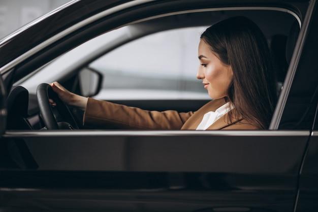Giovane donna d'affari seduto in macchina