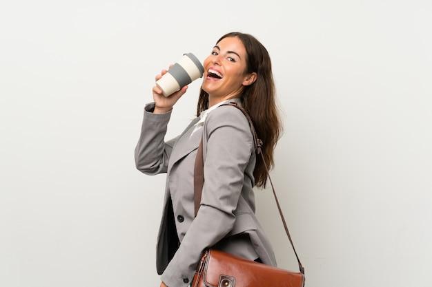 Giovane donna d'affari sul muro bianco isolato
