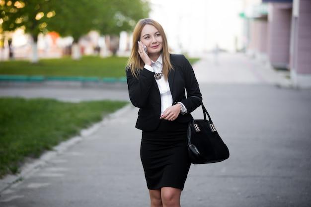 Giovane donna d'affari sul telefono cellulare