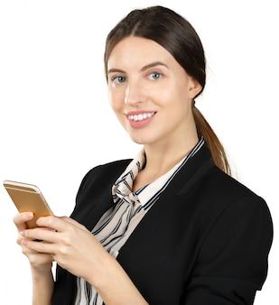 Giovane donna d'affari utilizzando smartphone, isolato su sfondo bianco