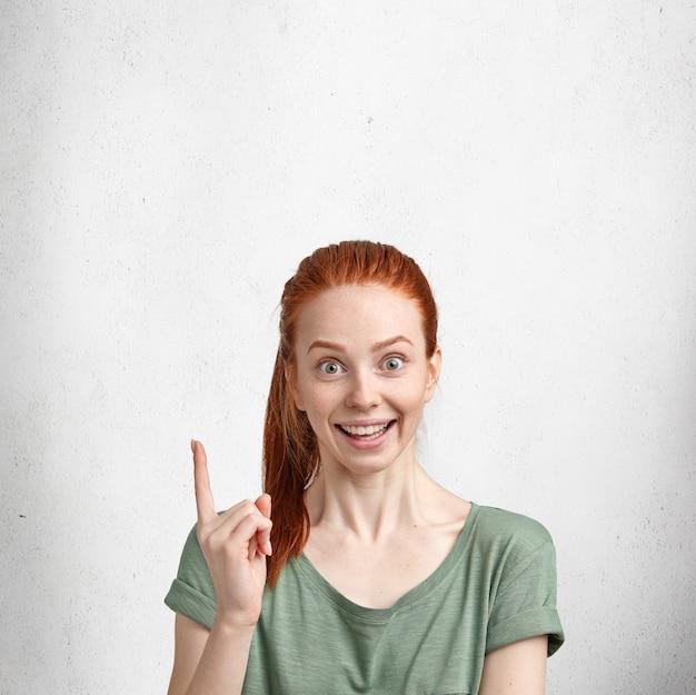 Giovane donna dai capelli rossi con la maglietta verde