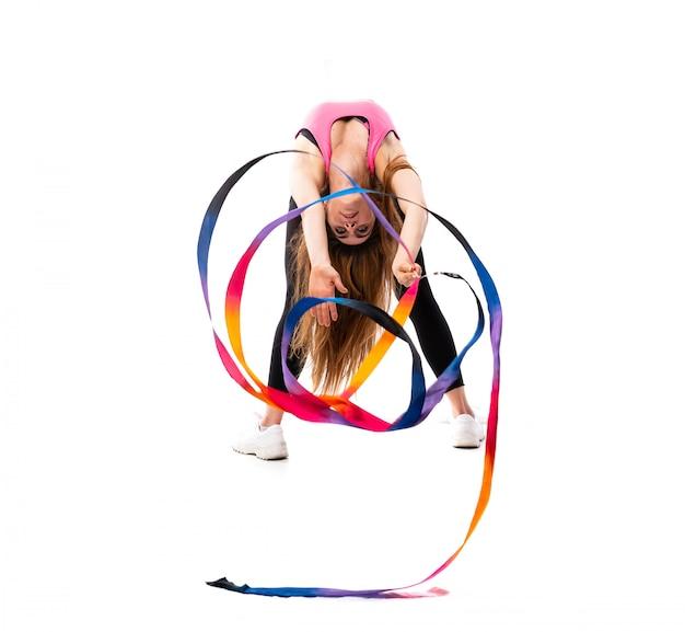 Giovane donna del ballerino sopra bianco isolato