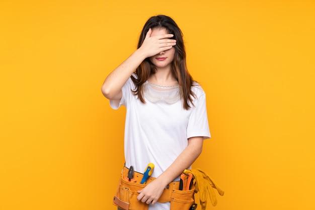 Giovane donna del carpentiere sopra fondo isolato