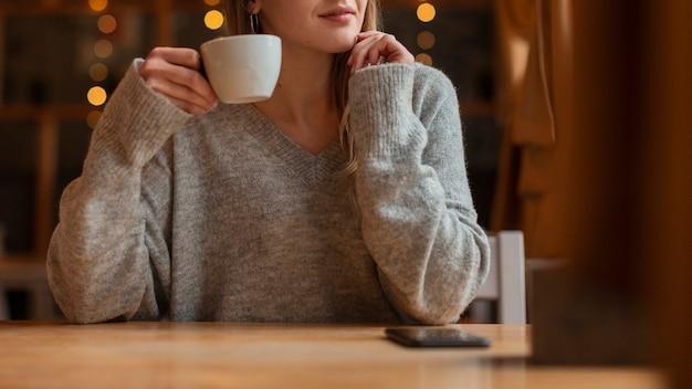 Giovane donna del primo piano con caffè