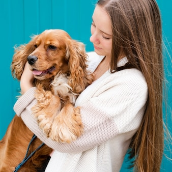 Giovane donna del primo piano innamorata del suo cane