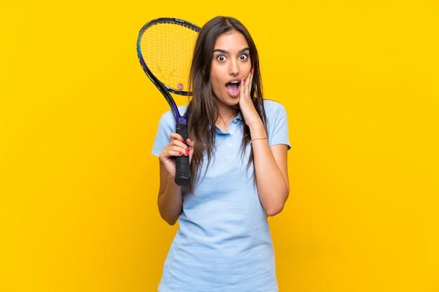 Giovane donna del tennis con l'espressione facciale sorpresa e scioccata