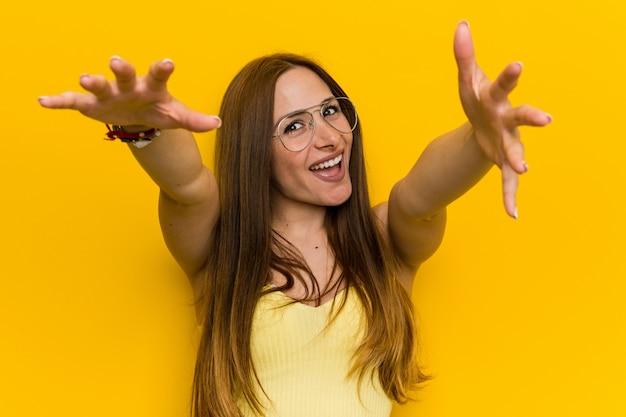 Giovane donna dello zenzero di redhead con i frecklesfeels sicuri dando un abbraccio