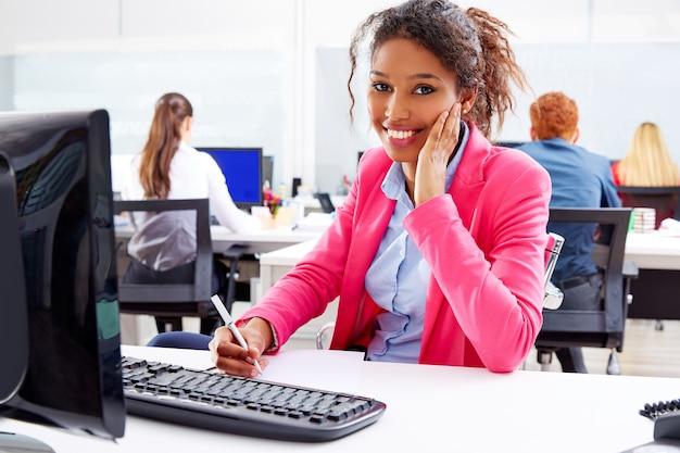 Giovane donna di affari africana che lavora nell'ufficio