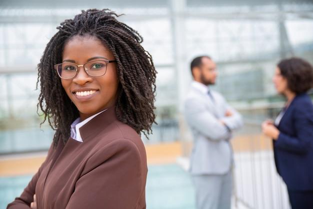 Giovane donna di affari allegra in occhiali