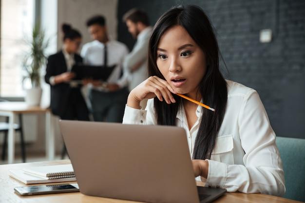 Giovane donna di affari asiatica colpita