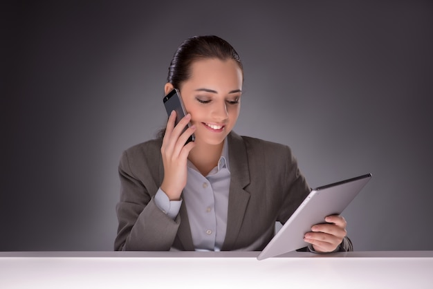 Giovane donna di affari che lavora con il computer tablet