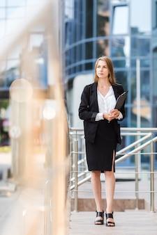 Giovane donna di affari con una lavagna per appunti