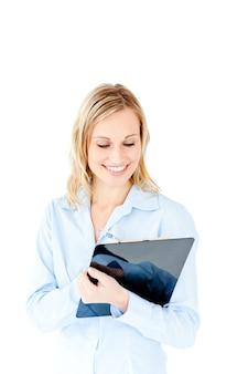 Giovane donna di affari d'ardore che cattura le note sulla sua lavagna per appunti