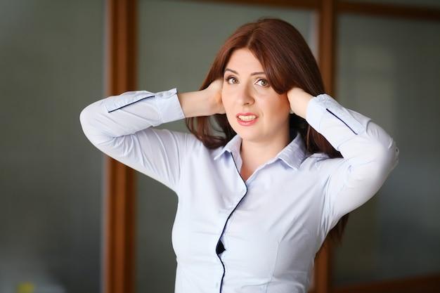 Giovane donna di affari frustrata e sollecitata in vestito.