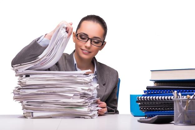 Giovane donna di affari in ufficio isolata