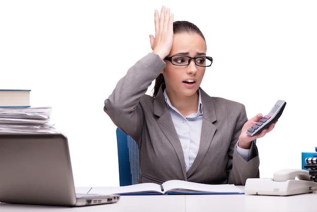 Giovane donna di affari in ufficio isolato su bianco