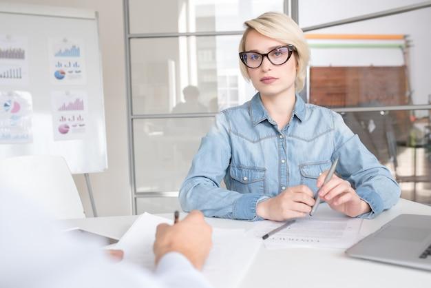 Giovane donna di affari moderna in ufficio